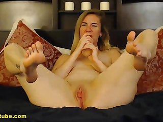 Blonde girl really knows how approximately perform well.