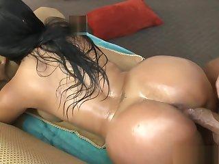 Paola colombiana con un culo enorme y tetas grandes