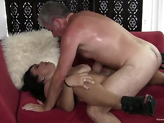 Fast action in the pussy for the mature woman with saggy naturals